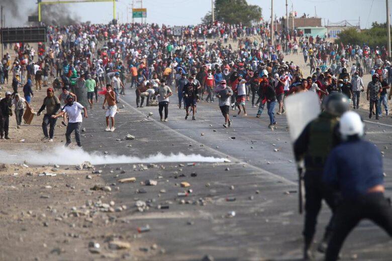 Huaraqueros dejan heridos a decenas de policías tras batalla campal en Ica esta tarde